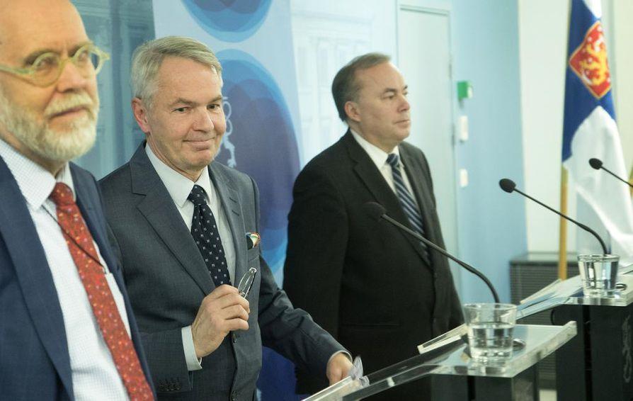 Valtiosihteeri Matti Anttonen, ulkoministeri Pekka Haavisto (vihr.) ja alivaltiosihteeri Pekka Puustinen kommentoivat ulkoministeriön al-Hol-kantaa keskiviikon tiedotustilaisuudessa.