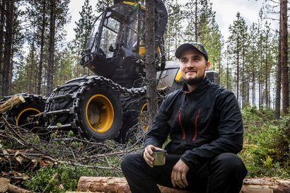 """""""Valmistumisen jälkeen töitä on ollut koko ajan"""" – Psykologi ja metsäkoneenkuljettaja kertovat, miksi heidän aloilleen kannattaa nyt opiskella"""