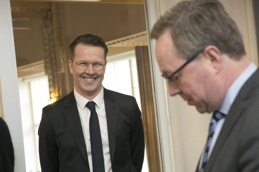 Altian toimitusjohtaja Pekka Tennilän hymy oli kevättalvella herkässä, kun Altia kertoi pörssiin menostaan. Kuvassa myös elinkeinoministeri Mika Lintilä (kesk.).