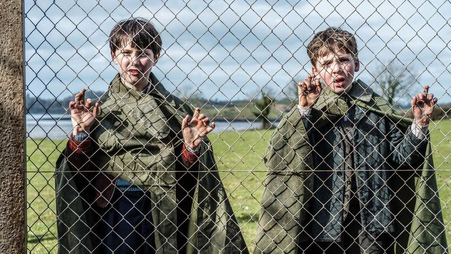 Moybegin tapahtumista kertoo Francis Coyne (Michael Nevin, oikealla), joka oli vuonna 1943 lapsi. Kuvassa myös Seamie Brady (Isaac Heslip).