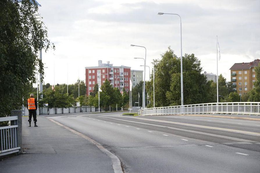 Merikosken sillat tyhjennettiin kokonaan liikenteeltä Raatinsaaren evakuoinnin vuoksi.