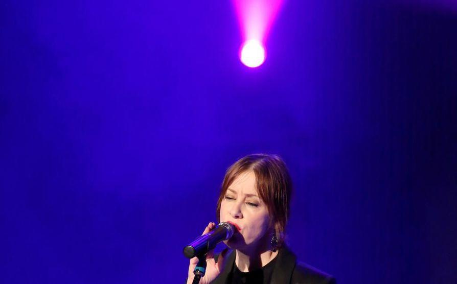 Suzanne Vega on 2000-luvulla levyttänyt harvakseltaan. Tällä hetkellä hän keskittyy keikkailuun, mutta lauluntekijä hänessä on aina valmiina. Kuvassa Vega esiintymässä Puolan Varsovassa kesällä 2014.