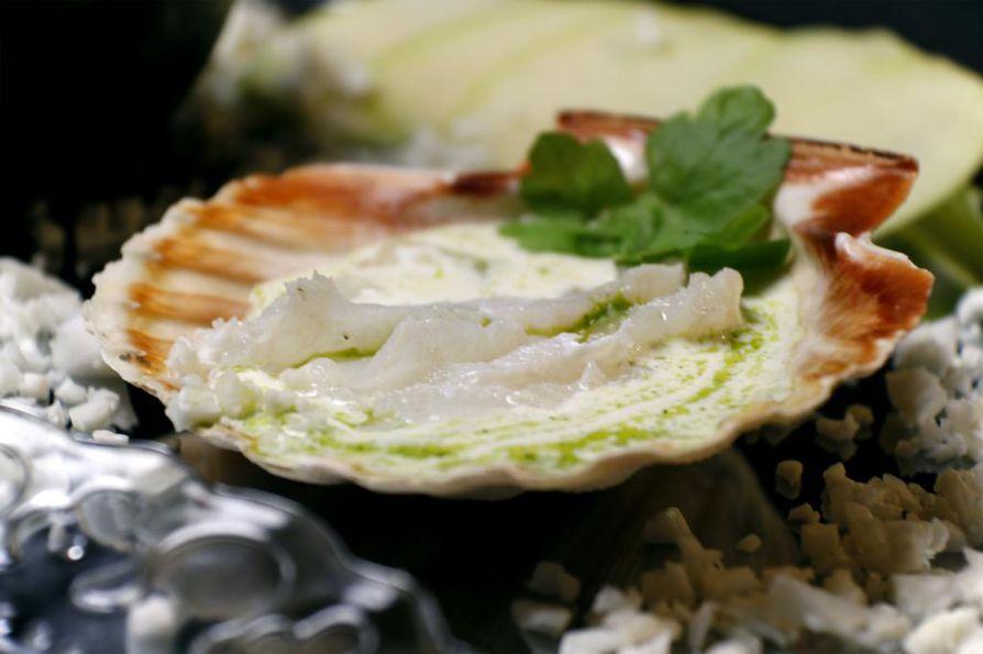 Sitruunamarinoitua turskaa, ranskankerma-piimäkastiketta ja yrttiöljyä. Kampasimpukan kuoret toimivat hauskoina ja näppärinä pieninä lautasina.