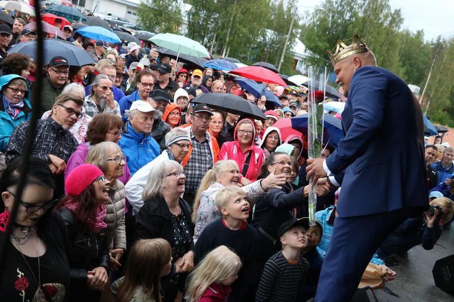 Haapaveden pesäpallokentällä ei sade haitannut. Tangokuningas Vatjuksen säteilevä persoona ilahdutti ihmisiä.