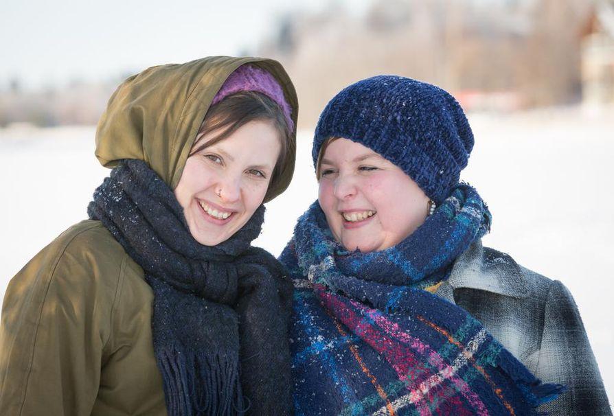 """Liekkiö on Anna-Kaisa Kettusen (oik.) ja Krista Karttusen ystävyysharrastus, joka on """"hirveän rakas"""" ja joka tukee jäsenten kaikkea muuta toimintaa."""