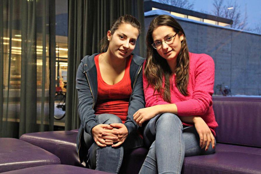 Giorgia Infantino (vas.) ja Alexandra Angelotti ovat tulleet Italiasta Suomeen vaihto-oppilaiksi. Heitä on opetettu juomaan viinejä jo lapsesta pitäen.