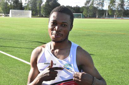 Kasin ennätys hymyilytti Chapangwa Lubamboa – Kuusamon Erä-Veikkojen kesän ensimmäiset seurakisat vietiin läpi leppoisassa kesäillassa