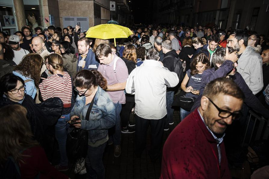 Barcelonian kaduilla jonotettiin äänestyspaikoille aamuyöstä saakka.