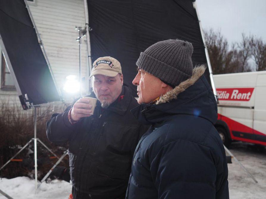 Tuottaja Ilkka Matila (oikella) laskeskelee, että kaksi kolmasosaa kuvausryhmän jäsenistä on Oulun seudulta. Haukiputaalainen Hannu Oivo oli lavastemestarina myös ensimmäisellä kaudella.