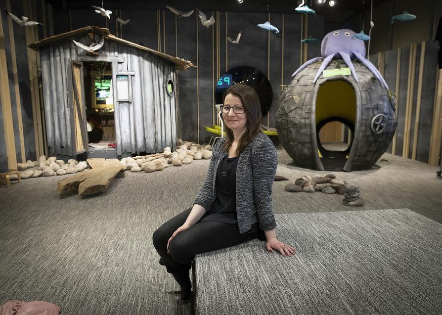 Kirjastopalvelupäällikkö Heidi Karhu kertoo vajaat vuosi sitten avatun Laituri-tilan olevan hyvin suosittu. Taustalla näkyy osa Valveen sanataideryhmän Saareen-teoksesta.