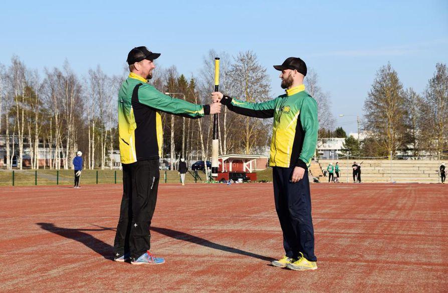 NiPen puheenjohtaja Heikki Kumpula (vas.) ja seura-aktiivi Mikko Tirkkonen ovat tyytyväisiä siihen, että Nivalaan on saatu uusi pesiskenttä ja vieläpä paraatipaikalle.