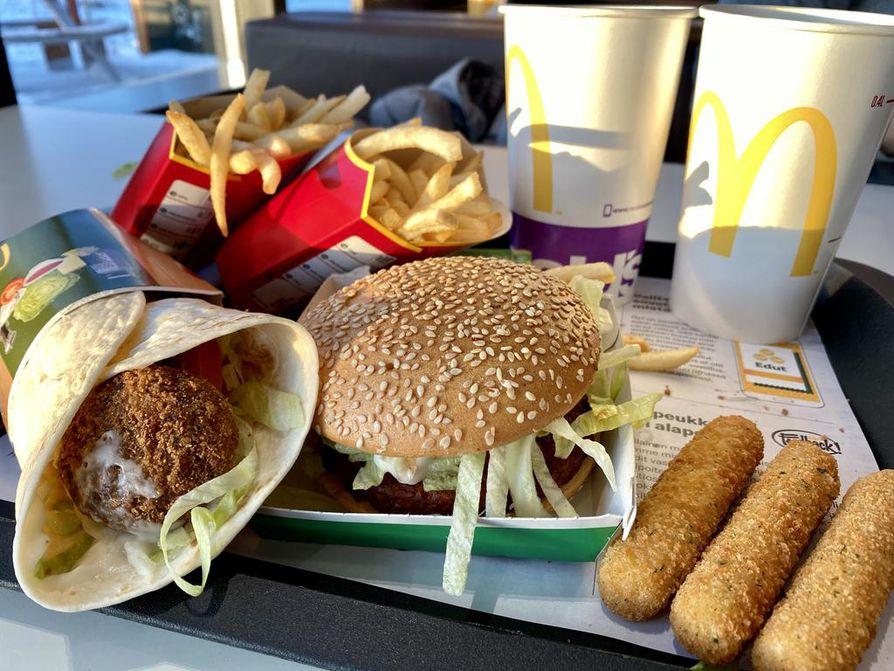 Mäkkärin erikoisuus ovat falafelit. Mc Vegan -burgeri on täysin vegaaninen ja sen saa myös gluteenittomana. Mozzarellatikut ovat lihaton lisuke.