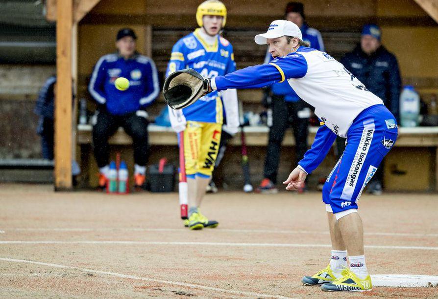 Toni Kohonen pelasi sunnuntaina uransa ensimmäisen Ykköspesisottelun, jonka lopuksi pesäpallolegenda ja muut Lipon pelaajat pääsivät juhlimaan voittoa.