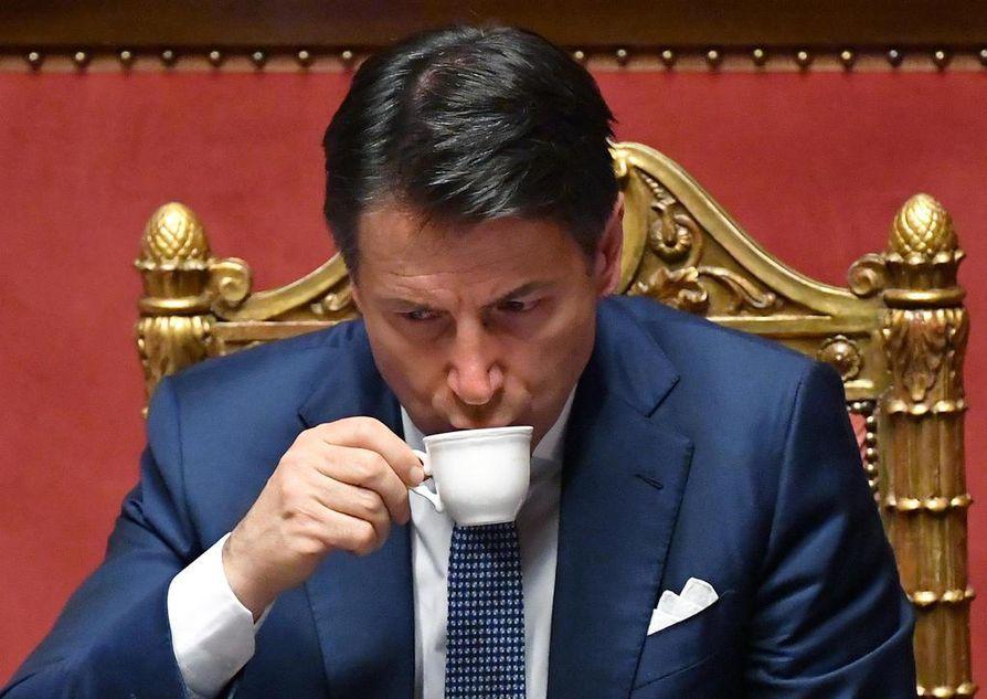 Italian pääministeri Giuseppe Conte juo kahvia maan parlamentissa Roomassa 19. kesäkuuta. Kahvin juominen lisää ruskean rasvan aktiivisuutta ihmisissä.