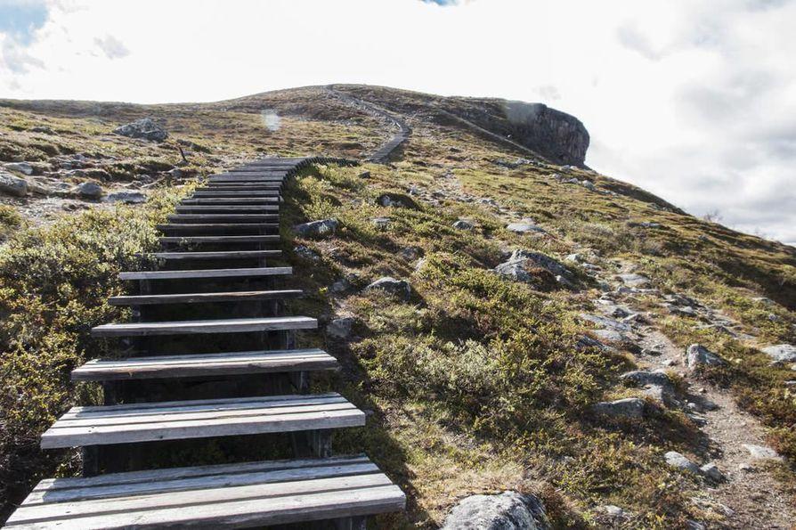Saanalle johtavat portaat olivat menneet niin huonoon kuntoon, että ne piti purkaa.