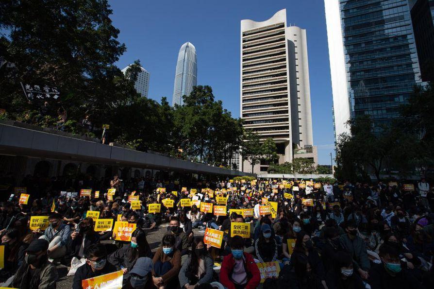 Keltaisesta on tullut mielenosoittajien väri Hongkongissa. Monet demokratialiikettä tulevat mainostoimistotyöntekijät suunnittelevat liikkeelle materiaalia vapaa-ajallaan.