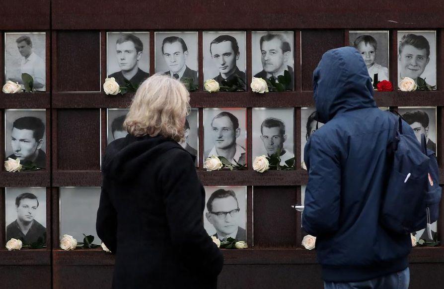Arvioiden mukaan idästä länteen pyrkineitä ihmisiä kuoli vuosien 1961 ja 1989 välillä jopa satoja. Muurin muistomerkillä heitäkin muistetaan.