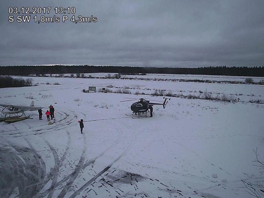 Vesitaso ja helikopteri pääsivät maahan Ahmosuon harrastekentälle Oulussa sunnuntaina kello 13 jälkeen. Kuva aluetta kuvaavan nettikameran taltioima.