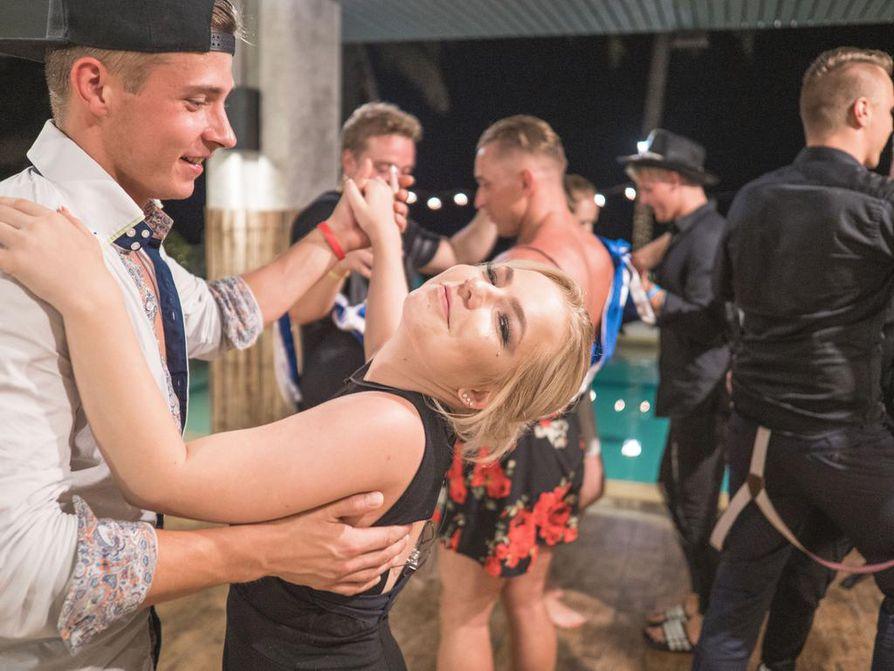 Temptation Island Suomi on esimerkki ohjelmasarjasta, joka kerää suoratoistopalvelu Ruudussa suhteessa enemmän katselua kuin moni muu. Viidennen kauden jaksossa seitsemän tanssivat Santeri Nurminen ja Jenina Vornanen.