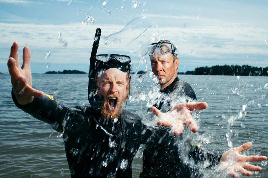 Tom Nylund ja Mikko 'Peltsi' Peltola tutustuvat ohjelmasarjassa asiantuntijoiden avulla Itämeren tilanteeseen pinnalla, pinnan alla ja rannalla.