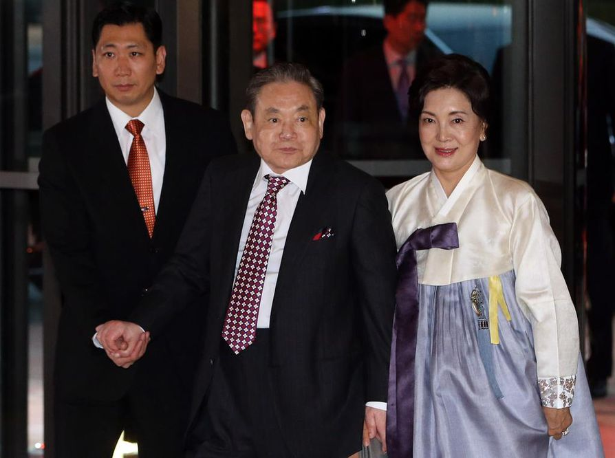 Samsungin perustajan poika Lee Kun-hee toimii yhä yhtiön puheenjohtajana, vaikka johtamisesta vastaa nykyään pääasiassa hänen poikansa. Lee kuvattiin Soulissa yhdessä vaimonsa Hong Ra-heen kanssa vuonna 2013. Isä Lee on pitänyt Korean rikkaimman ihmisen paikkaa jo kymmenen vuoden ajan. Hän on erittäin vaikutusvaltainen henkilö kotimaassaan.