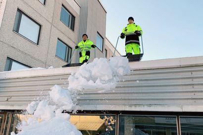 Torniossa kiinteistöhuollon väki kolaa jo kattoja – Lapin lumimäärä on viime talvea pienempi, joten vielä ei ole kiire katolle