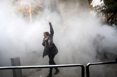 """Hämärissä olosuhteissa pidätetty toimittaja ja aktivisti sai kuolemantuomion – Iran syyttää """"korruptiosta maan päällä"""""""