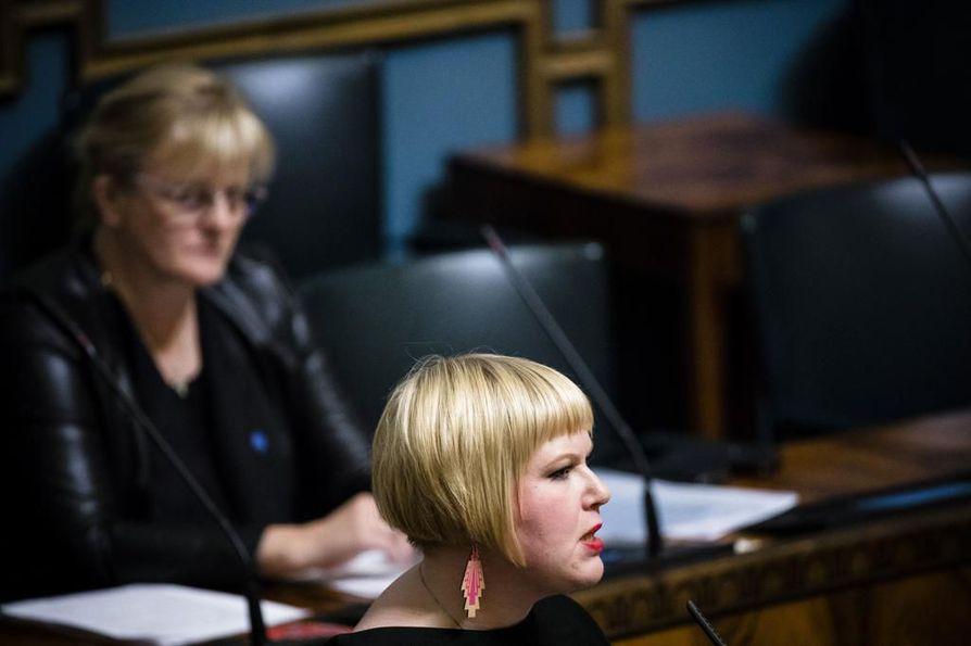 Perhe- ja peruspalveluministeri Annika Saarikko (kesk.) ilmoitti perjantaina pysäyttävänsä perhevapaauudistuksen valmistelun. Valmistelussa on myös ollut mukana sosiaali- ja terveysministeri Pirkko Mattila (sin.)