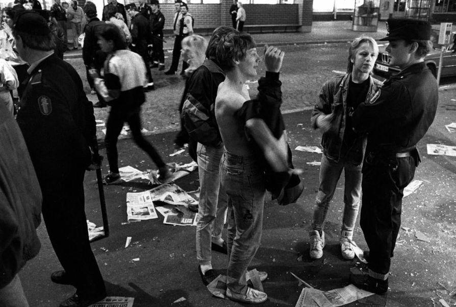 Vuonna 1990 viimeinen lomaviikonloppu ryöstäytyi joukkorähinäksi Oulussa.