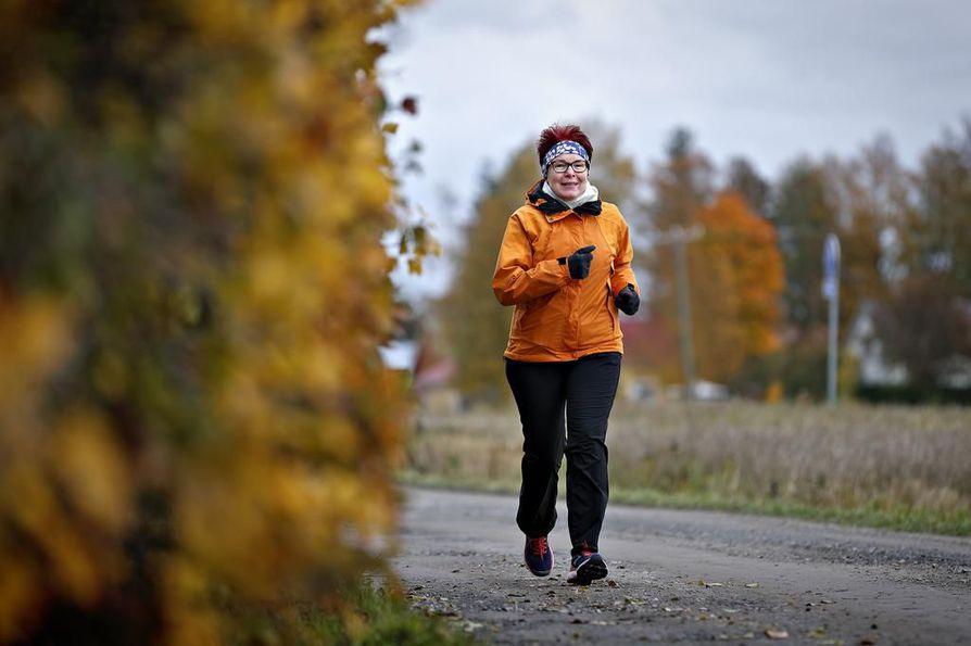 """Marja-Leena Jormanaisen juoksukipinä ei ole laantunut edes kesän taivuttua kohti syksyn ja talven koleutta. """"On ollut ennen kaikkea nautinto siitä, että pystyy liikkumaan ja pystyy haastamaan itseään"""", hän sanoo."""