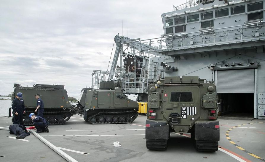 Albion kykenee kantamaan yli 60-tonnisia kulkuneuvoja. Kuva on aluksen lentokannelta.
