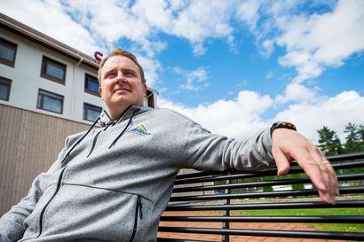 Viisi vuotta sitten Tomi Lämsä oli kahdet potkut reilun vuoden aikana saanut 35-vuotias liigavalmentaja. Nyt hän on ainoa suomalainen KHL:n päävalmentaja Venäjällä