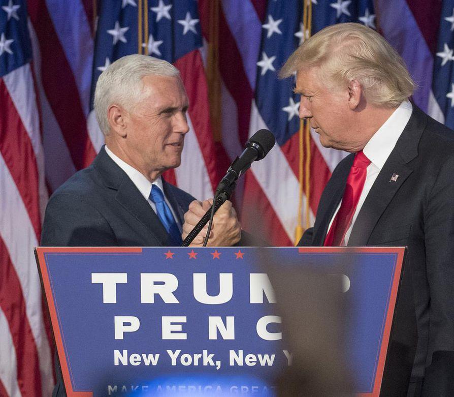 Yhdysvaltain tuleva presidentti Donald Trump (oik.) nimitti tulevan varapresidentti Mike Pencen tiiminsä johtoon.