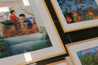 Ruusuisia ja uhkaavia maailmankuvia – Oulaisten KoronaGalleriassa ympäristöaiheinen ikkunanäyttely