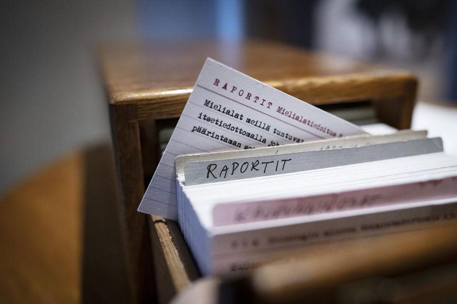 Vapaaehtoisten tarkkailijoiden havainnot ihmisten tunnelmista kirjattiin ylös puheluista ja heidän lähettämistään lomakkeista. Näyttelyssä esillä olevien korttien tekstit ovat aidoista raporteista, mutta kortit on tehty näyttelyä varten.