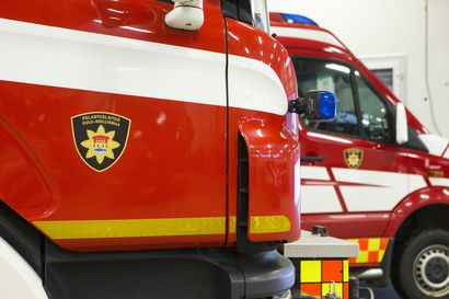 """Pelastuslaitos lähti sammuttamaan epäiltyä maastopaloa Pudasjärvellä – """"hirvittävä savu"""" johtui oksakasan poltosta"""
