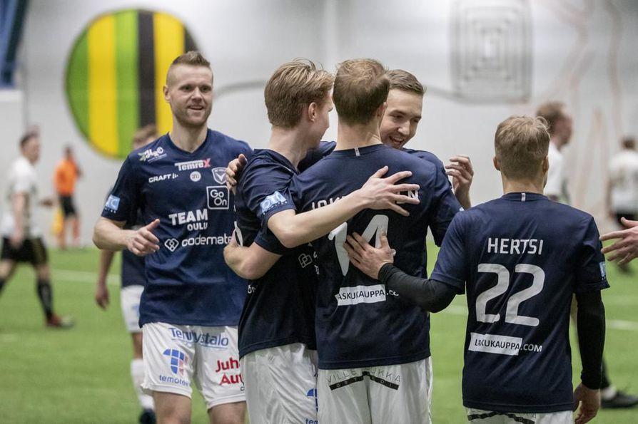 Kolme maalia laukonut Niklas Jokelainen (14) sai onnitteluita muilta AC Oulun pelaajilta.
