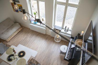 Vanhan nahkatehtaan tunnelmaa – katso kuvia pajarakennukseen remontoidusta valoisasta loft-asunnosta