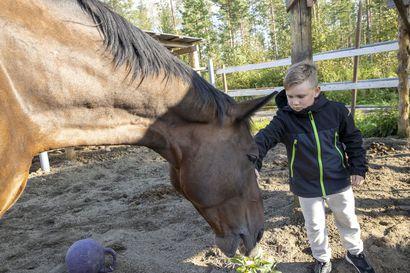 """Oulussa iltapäivähoitoa ei järjesty kaikille pienille koululaisille – """"Miksi kulttuuripääkaupungissa ei panosteta lasten hyvinvointiin"""", kysyy 7-vuotiaan yksinhuoltajaäiti Susanna Hursti"""