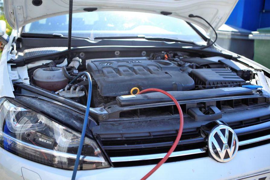 Nivalan Nesteellä oli torstaina vielä jäljellä kylmäainetta, ja Volkswagen Golfin ilmastointi tuli kuntoon.