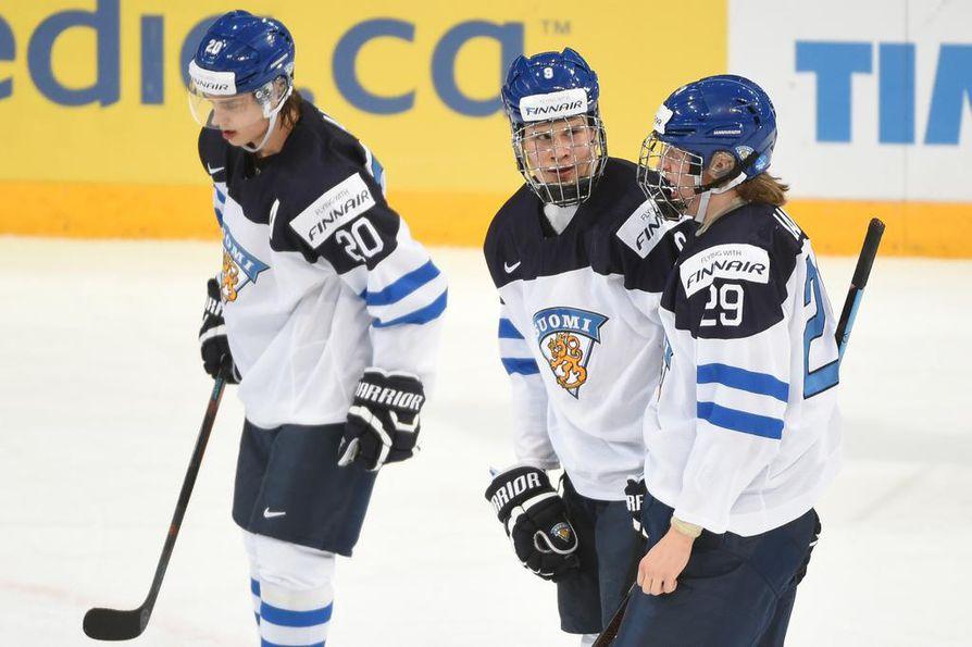 Jesse Puljujärvi ja Sebastian Aho mittaavat Patrik Laineen taidot tänään perjantaina, kun Kärppä Alumni kohtaa Liiga Alumnin hyväntekeväisyysottelussa. Arkistokuva.