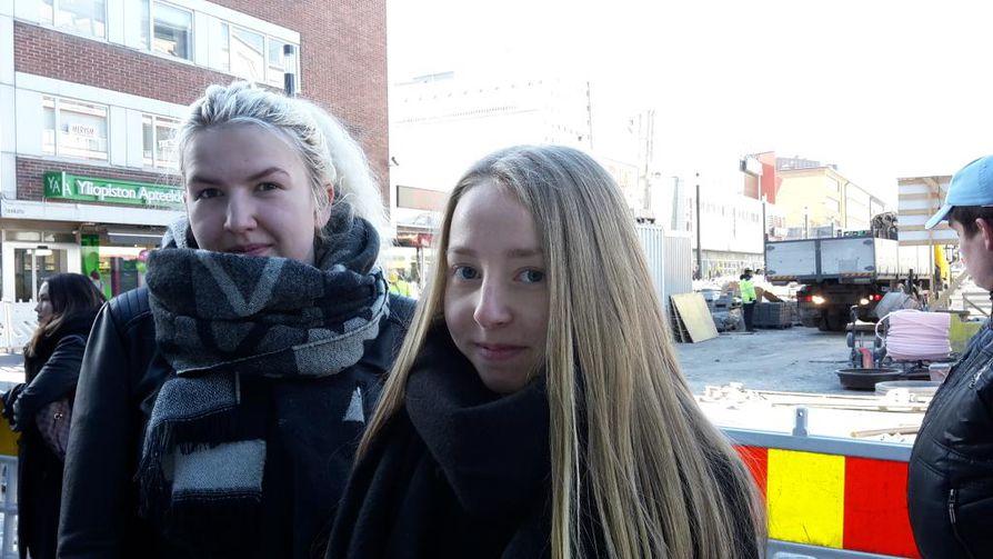 Kristiina Nyrhinen (vas.) ja Sofia Riekki (oik.) olivat ensimmäisten joukossa jonottamassa.