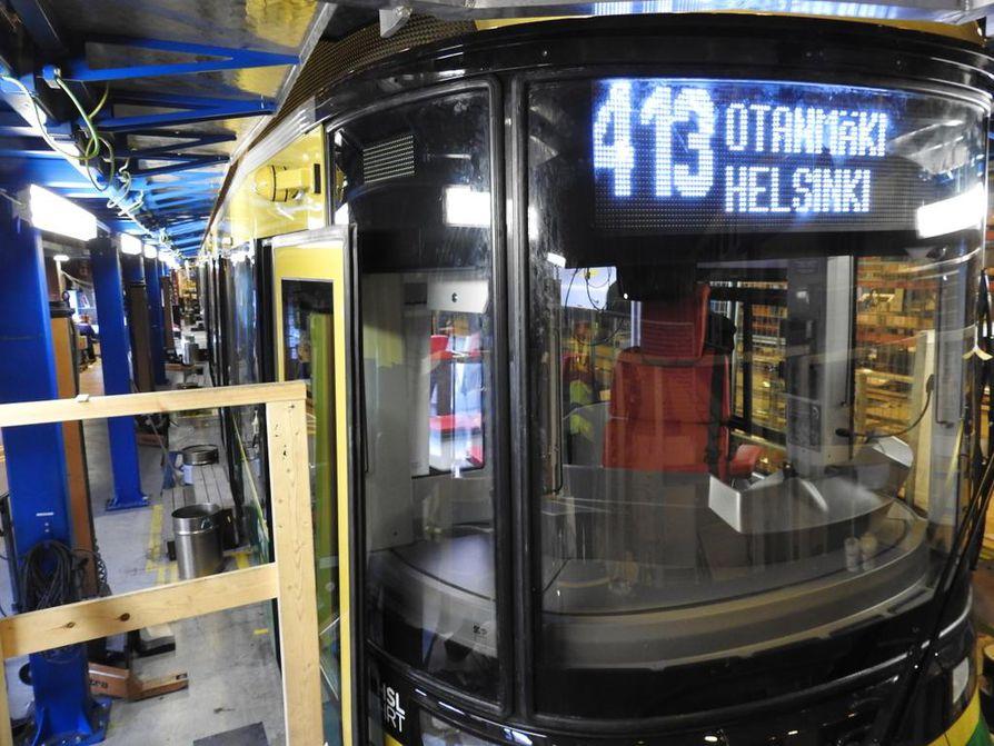 Otanmäen Skoda Transtechin tehdas Kajaanissa valmistaa lähivuosina paikallisjunia Latviaan. Kuvassa vuodelta 2016 Transtech esitteli Otanmäen tehtaalla valmistettua Helsinkiin menevää raitiovaunua.