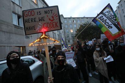 Abortin puolustajat jatkavat massaprotesteja Puolassa – taustalla Euroopan kireimmäksi muutettu aborttilainsäädäntäö