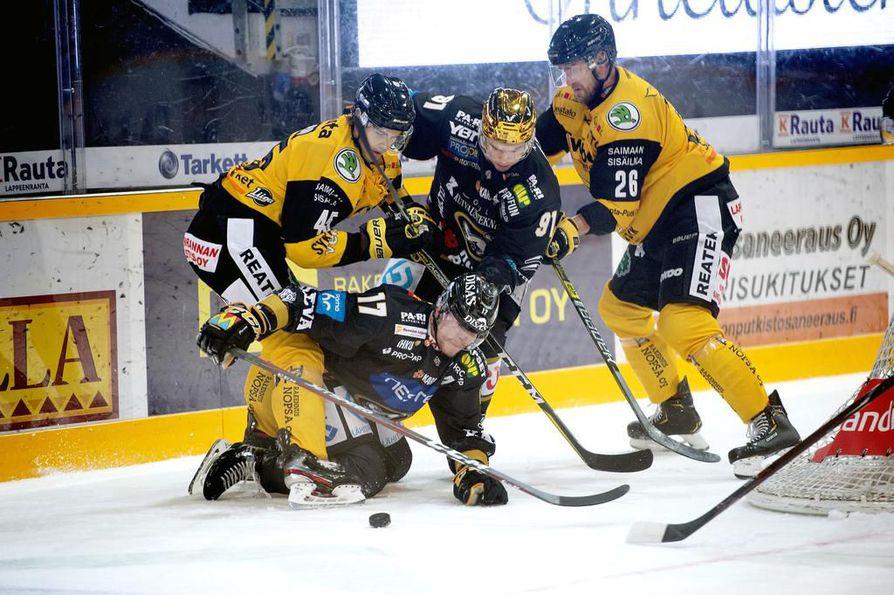 Vanhin mies alimmaisena. Kärppien Mika Pyörälä paiski jälleen pyyteettömästi töitä joukkueen eteen. Kultakypärä Juho Lammikko oli vieressä tukena.