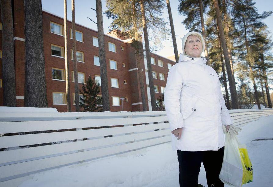 Pirkko Virtanen voisi ostaa asunnon Puolivälinkankaalle rakennettavista uusista taloista. Hän pitää aluetta kaikin puolin mukavana asuinpaikkana.