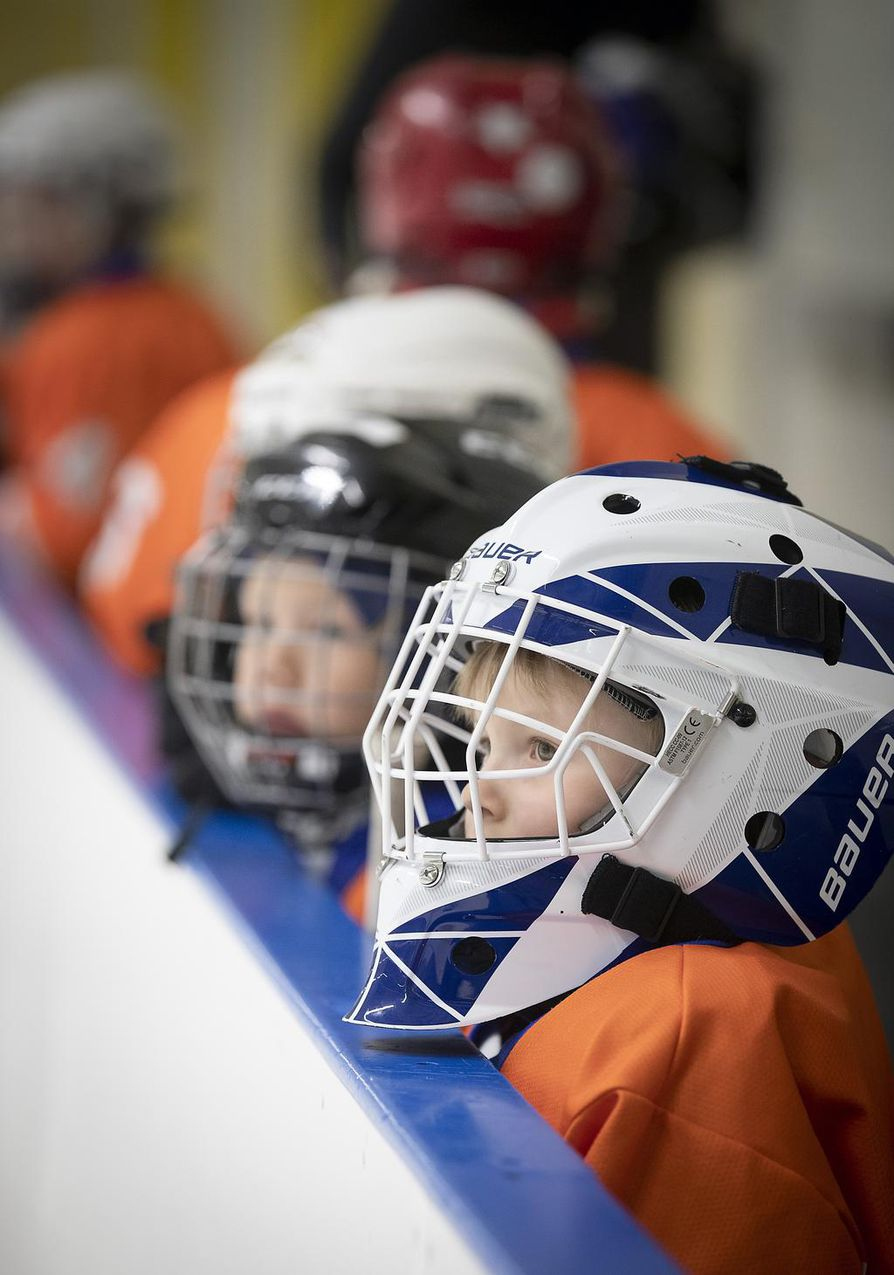 Ahmojen nuorimmat joukkuepelaajat ovat 6–7-vuotiaita. Sitä nuoremmille on tarjolla kiekkokoulu.
