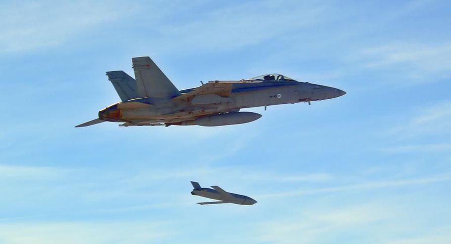Suomen ilmavoimien Hornet koeampumassa ilmavoimien asearsenaaliin kuuluvaa JASSM-risteilyohjusta Yhdysvalloissa. Arkistokuva.