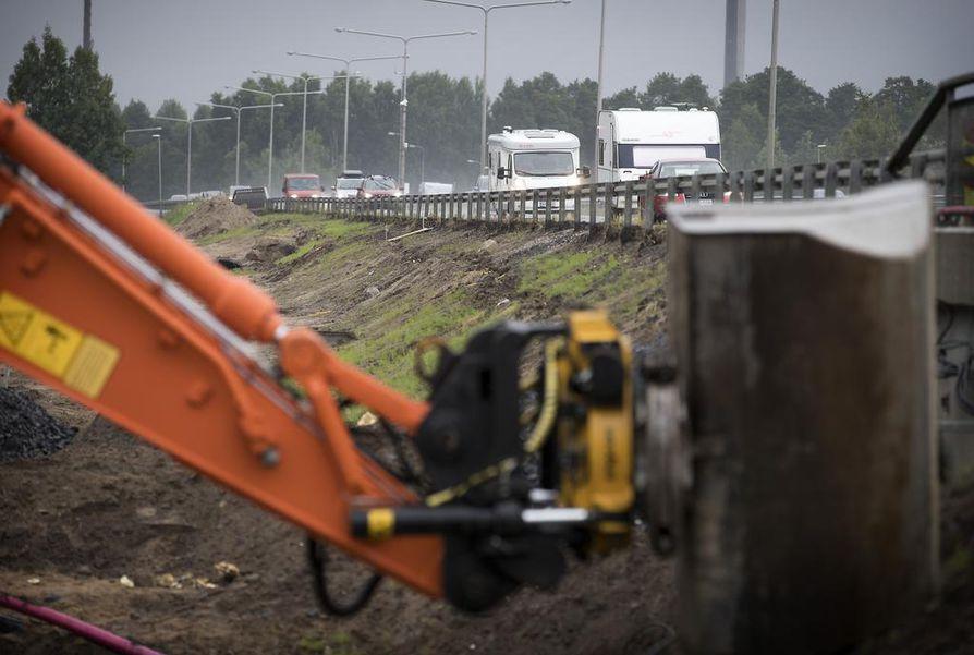 Pohjantiellä on menossa mittava remontti Oulujoen siltojen kohdalla.
