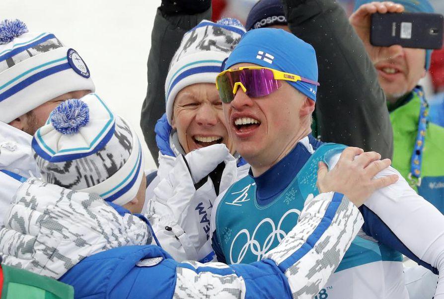 Iivo Niskasen olympiakultaa juhlittiin Suomen joukkueessa maaliintulon jälkeen.